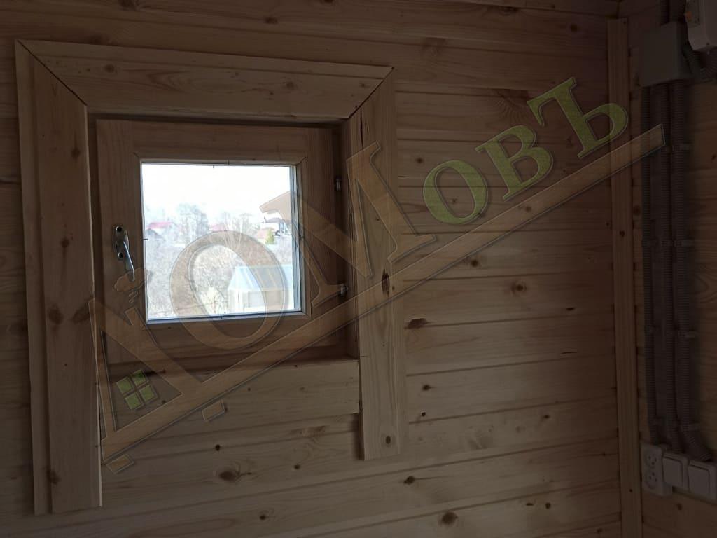 Маленькое деревянное окошко в каркасной бане 2х4